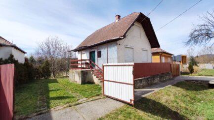 Bogácson központhoz közeli 4 szobás+ nappalis ház eladó.