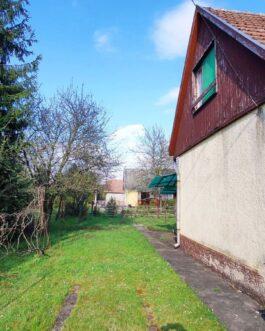 Mezőkövesd Zsóry Gyógy- és Strandfürdő üdülőterületén ELADÓ nagy nappalis, tetőtéri szobás nyaraló.
