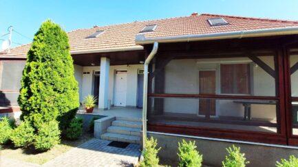 Tiszabábolnán 6 szobás újszerű családi ház-vendégház ELADÓ.
