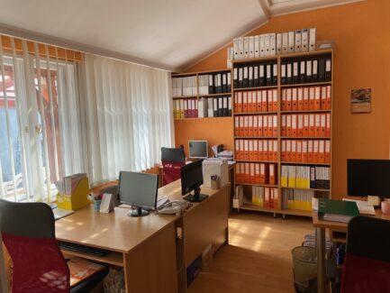 Eger frekventált részén, jelenleg irodaként működő 3+1 szobás ingatlan eladó!