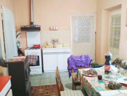 Eladó Átány csendes, határhoz közeli utcájában található a családi ház kb.2700nm-es telekkel.