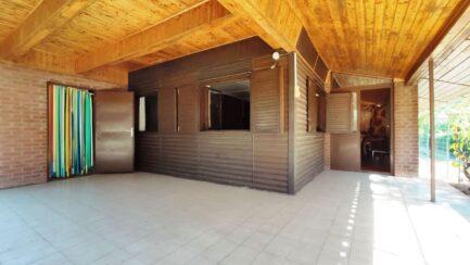 Poroszlón, a Tisza-tónál eladó 2 szobás-nagynappalis hétvégiház.